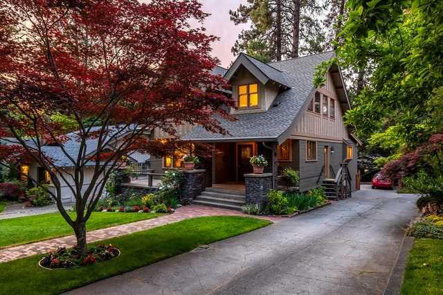 Строить загородные дома по проектам, разработанным профессиональными архитекторами или архитектурными бюро большинство отечественных застройщиков уже научилось.